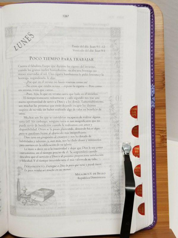 Biblia Mi Día con Dios Devocional para la Mujer RVR 1960 Lila Index a